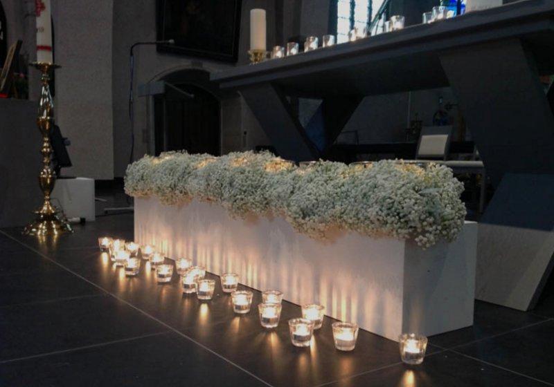 bloemstukken in kerk