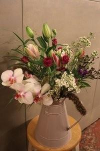 Bloemen in kannen en kruiken