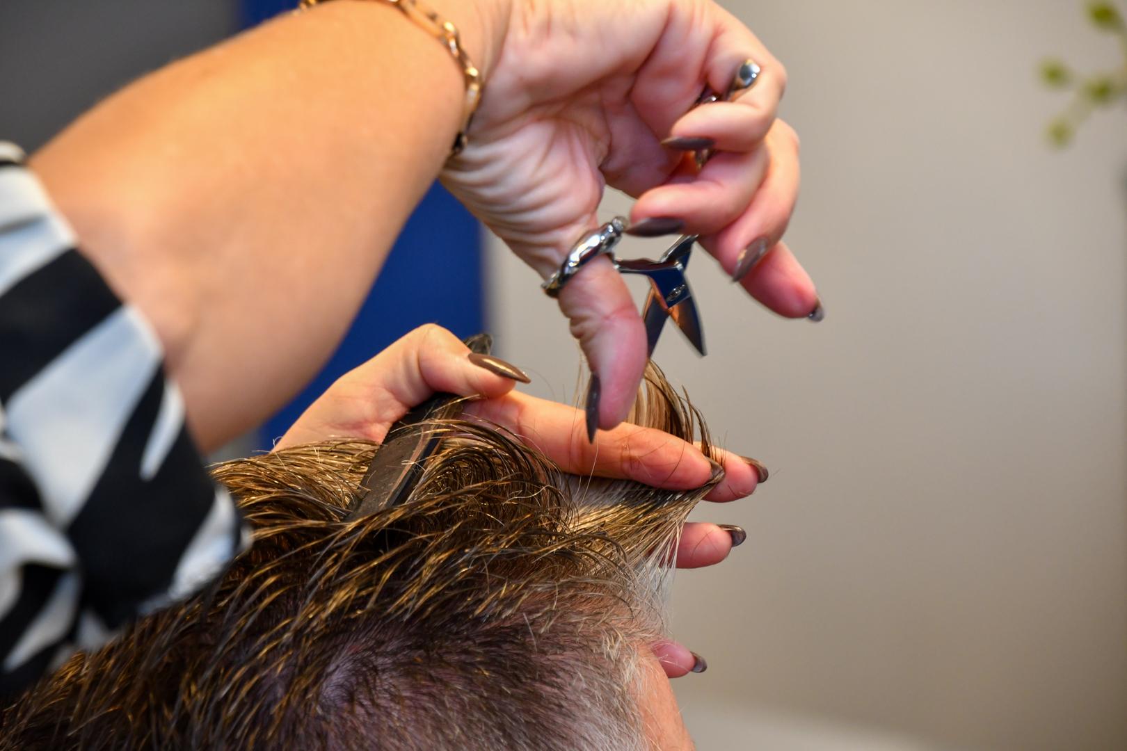 Haren bijknippen bij Hairstudio Classic's