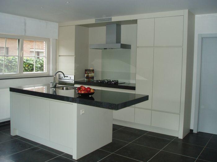 greeploze keuken met granieten tablet, spatwand in gezuurd glas te Grobbendonk