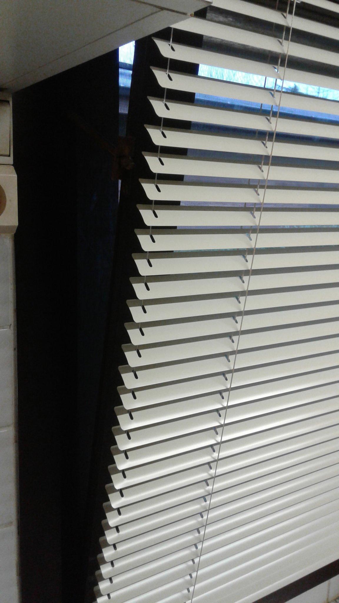 Alu lamelletjes 26mm op raam vast boven en onder, zeer praktisch.