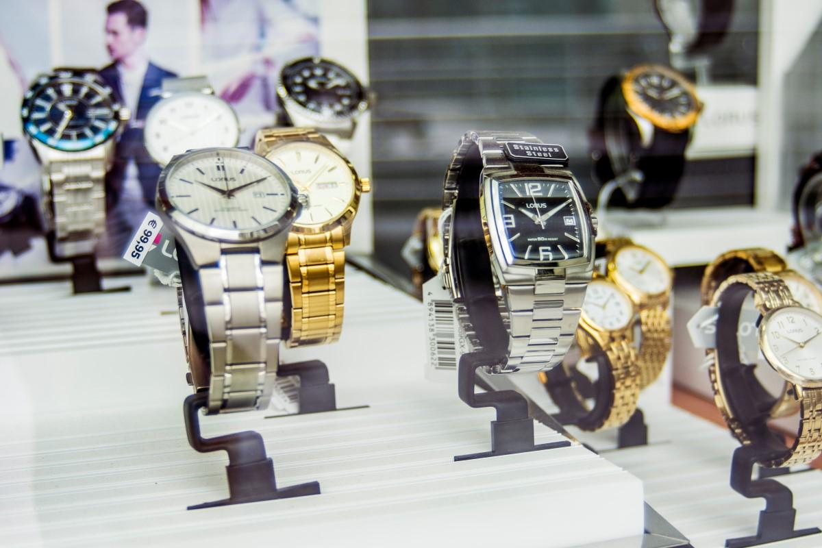 gouden en zilveren horloges