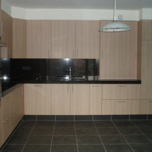laminaat keuken met granieten tablet en wand te Wechelderzande