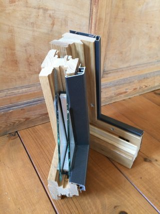 Houten raam buitenkant bekleed in alluminium