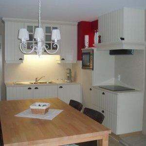 mdf gelakte keuken met tablet en wand in composiet te Nieuwpoort
