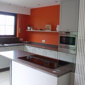 gelakte mdf-keuken met tablet in composiet, en valse wanden (rood geschilderd) te Reet